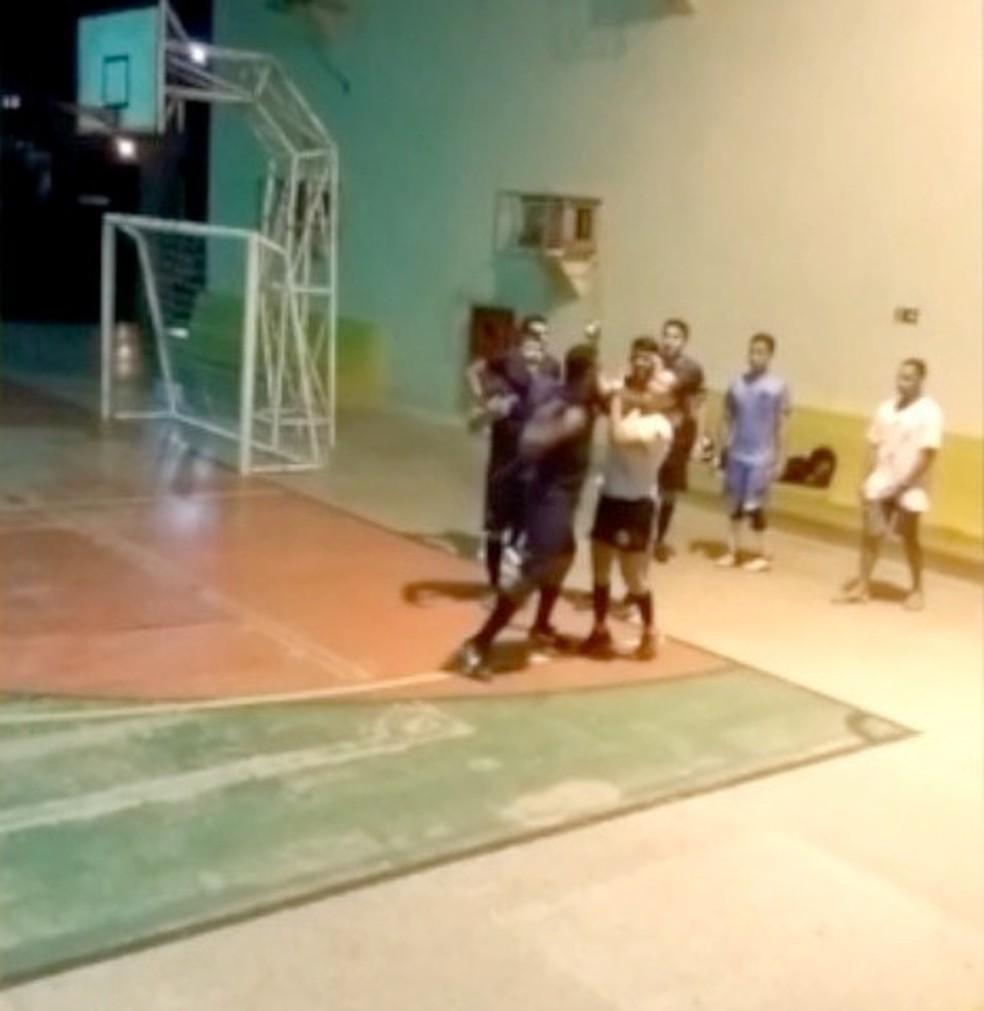Árbitra foi agredida a socos após expulsar jogador de partida.  — Foto: Reprodução
