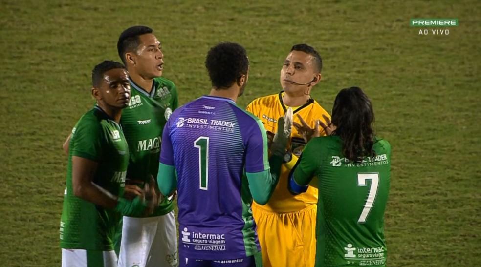 Árbitro volta atrás e anula o gol de Rodrigão no Guarani x Coritiba  — Foto: Premiere/Reprodução