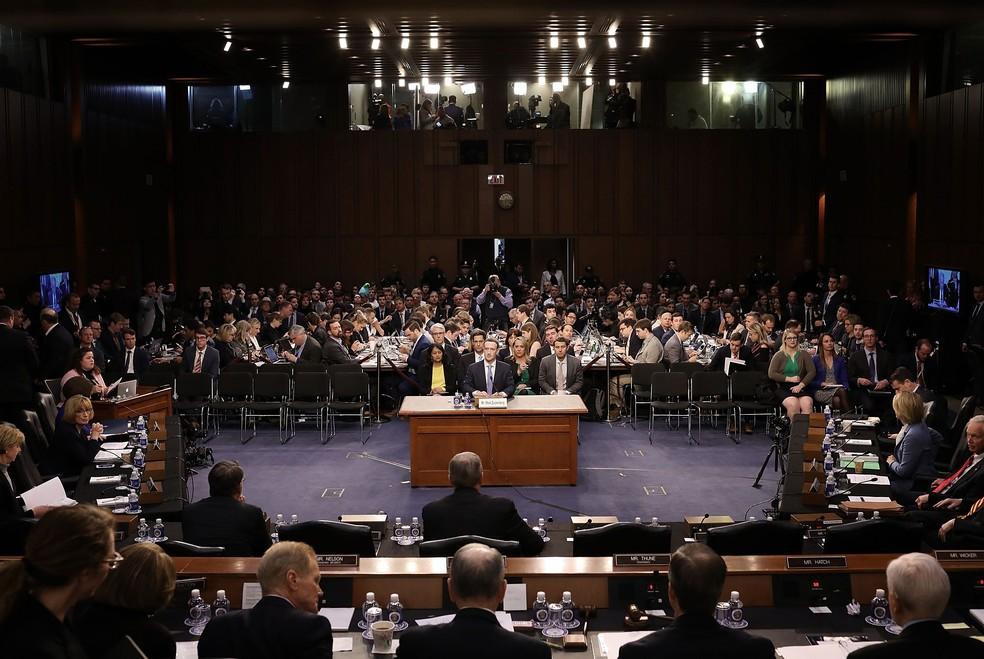 Mark Zuckerberg fala a senadores americanos sobre como Facebook usa dados (Foto: REUTERS/Win Mcnamee/Pool)