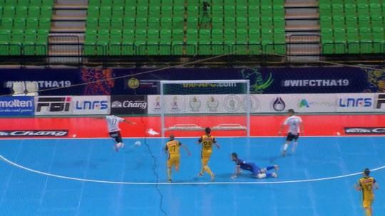 Na trave! Higor recebe com o gol livre, mas acerta o poste de Lucas Oliveira