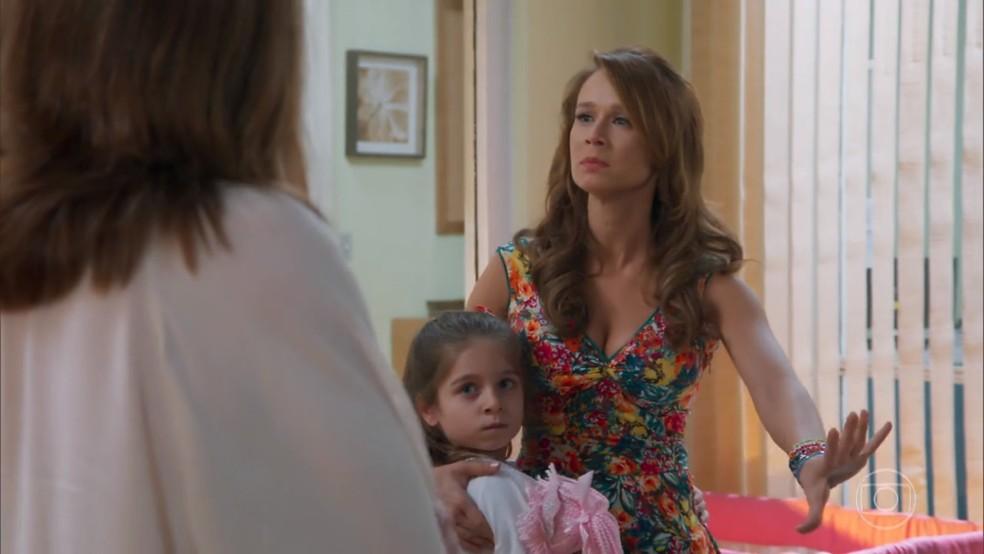 Tancinha (Mariana Ximenes) não aceita que Dulce (Monique Curi) possa ter direito à guarda das crianças - 'Haja Coração' — Foto: Globo