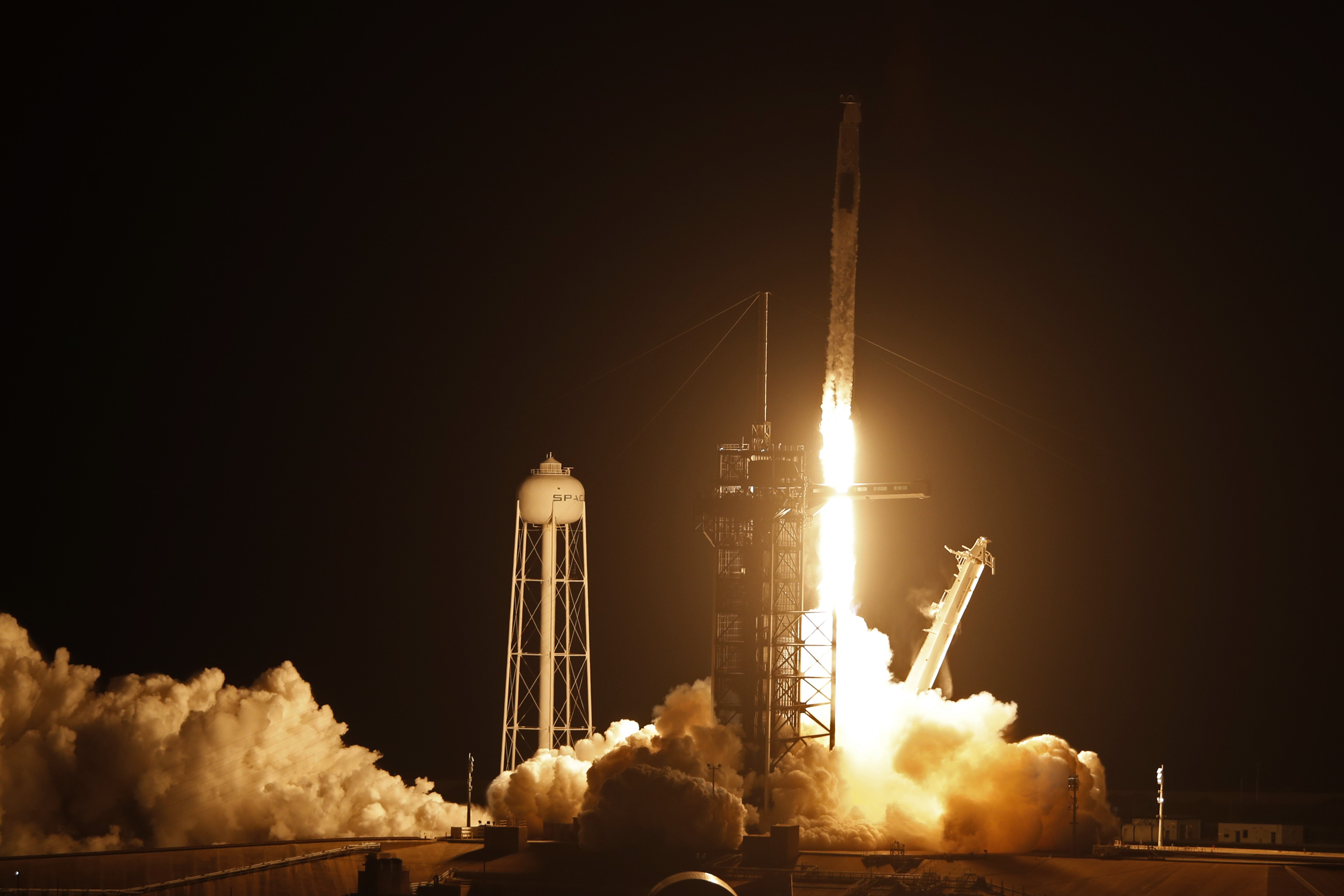 SpaceX e Nasa lançam 4 astronautas rumo à estação espacial; veja vídeo