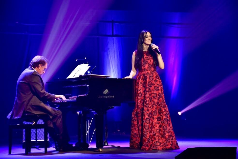Maestro Eduardo Lages e Marina Elali durante apresentação. Show em homenagem a Roberto Carlos será nesta sexta (17) em Natal — Foto: Divulgação