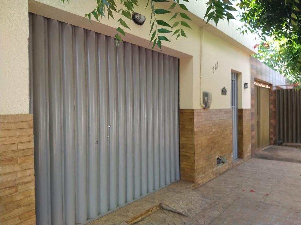 Residência foi atingida por vários tiros na noite deste sábado (2) em Barbalha, no Ceará. — Foto: Lorena Tavares/SVM