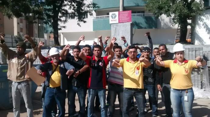 Operários protestam em frente à Vila dos Tratadores do Centro de Hipismo de Deodoro (Foto: GloboEsporte.com)