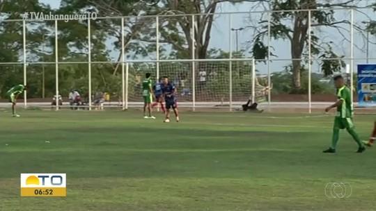 Goleiro tenta impedir gol em torneio amador e leva a pior ao bater contra trave; vídeo