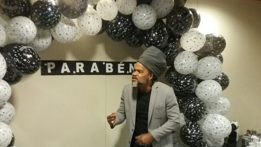 Carlinhos Brown ganha festa surpresa nos bastidores do 'The Voice Kids'