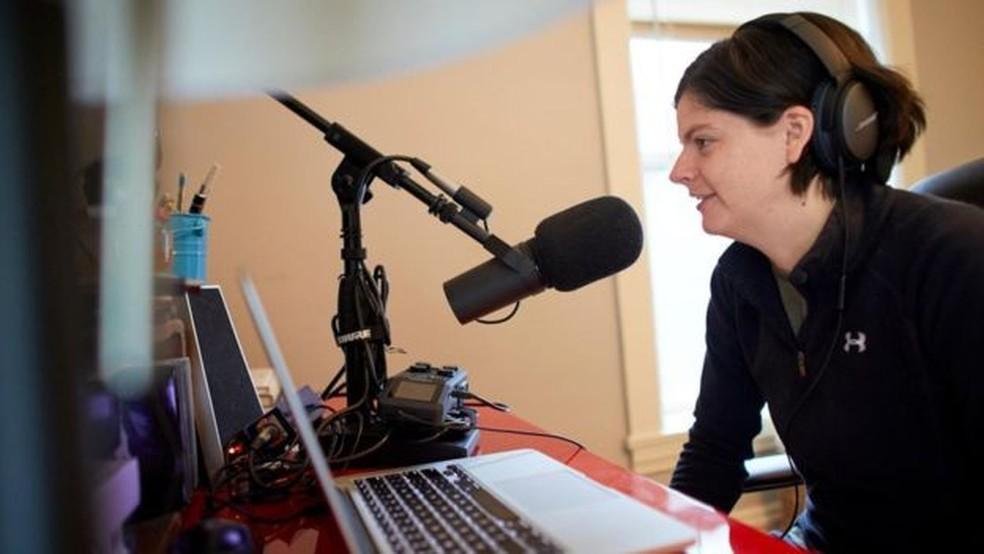 De sua casa nos Estados Unidos, Gwen Merz apresenta o podcast do movimento FIRE sobre como viver austeramente. — Foto: Anna Rajdl/BBC