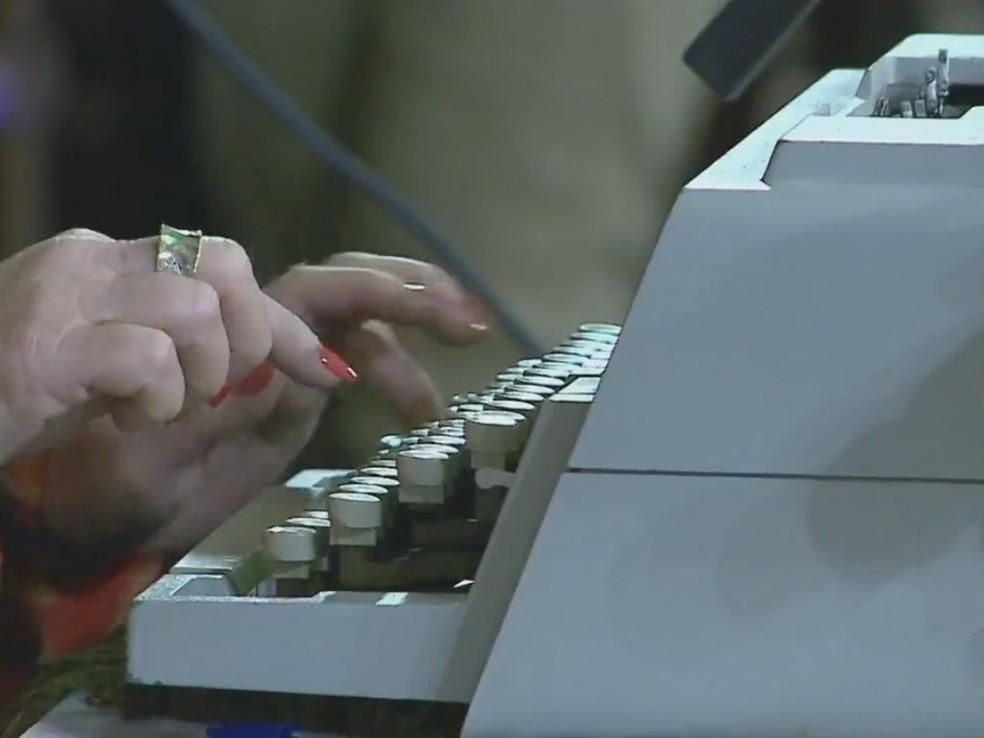 Datilógrafo é um dos cargos que serão cortados pelo governo (Foto: Reprodução/RBS TV)