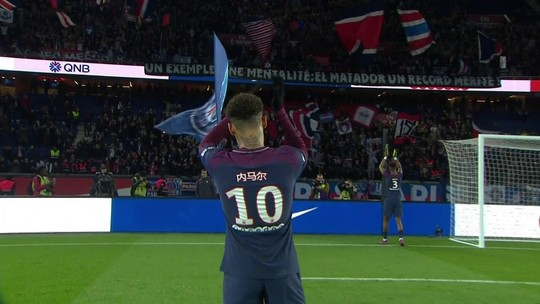 "Cavani ""resgata"" Neymar para cumprimentar torcida após goleada do PSG"