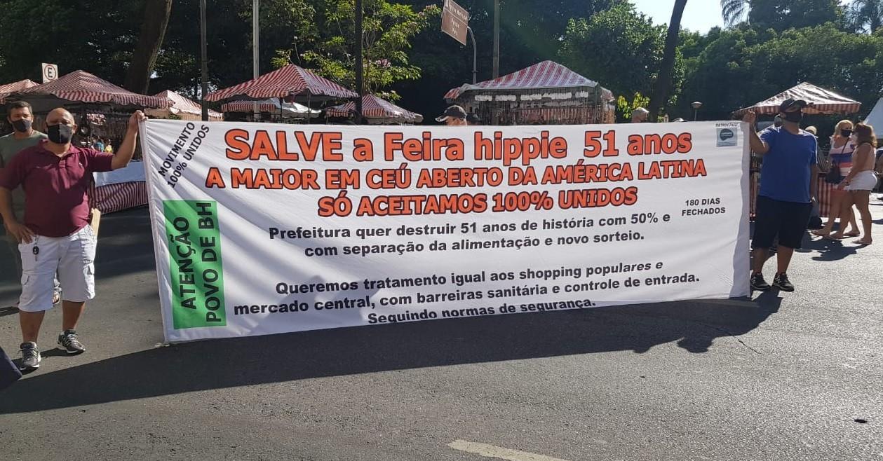 Manifestantes protestam contra espaço escolhido para as barracas de alimentação na Feira Hippie, em Belo Horizonte
