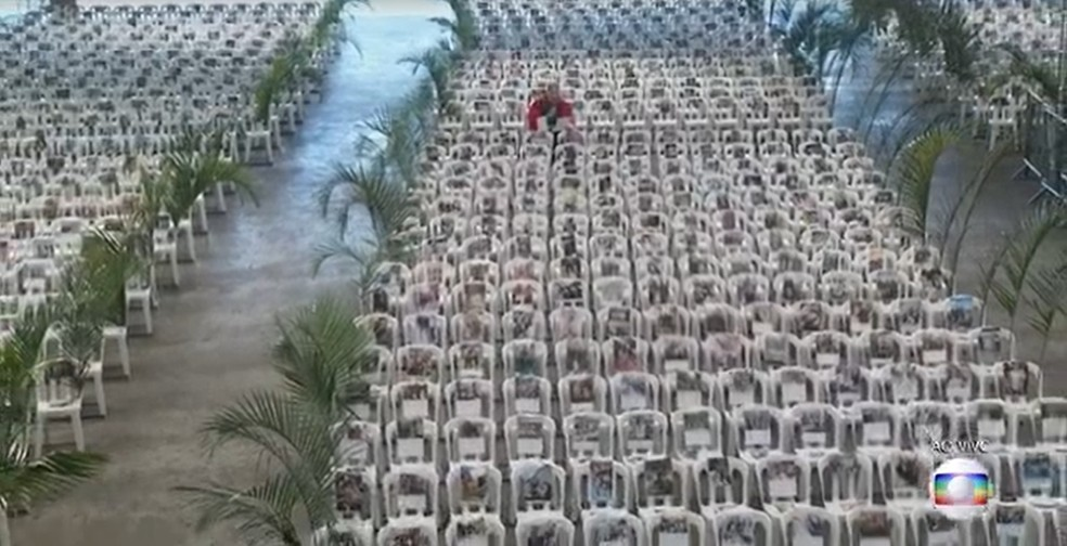 Padre Marcelo Rossi durante missa no Santuário Mãe de Deus neste domingo (5): cadeiras ocupadas com fotos de profissionais de saúde  — Foto: Reprodução/TV Gobo