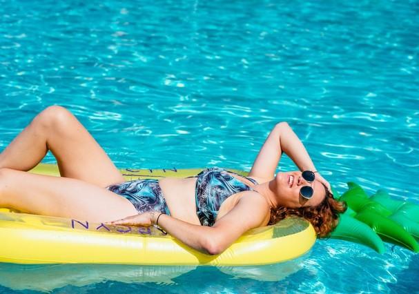 Bate-papo na piscina (Foto: Futilidades / Divulgação)