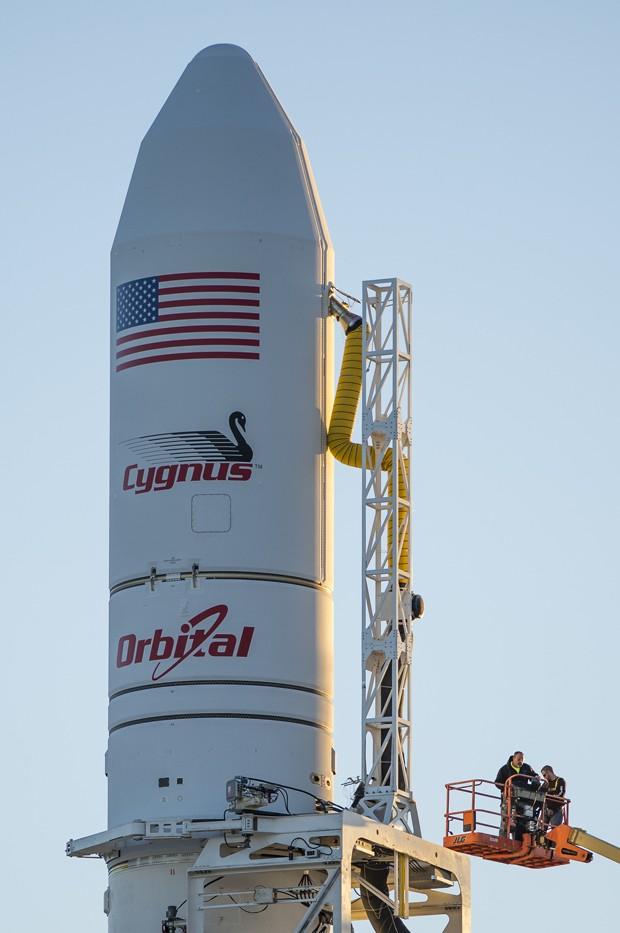Fotografia mostra foguete Antares, dias antes de seu lançamento (Foto: AP Photo/Nasa/Joel Kowsky)