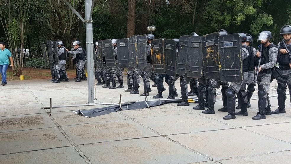 Tropa de Choque na entrada da Assembleia Legislativa, em Campo Grande (Foto: Ginez César/TV Morena)