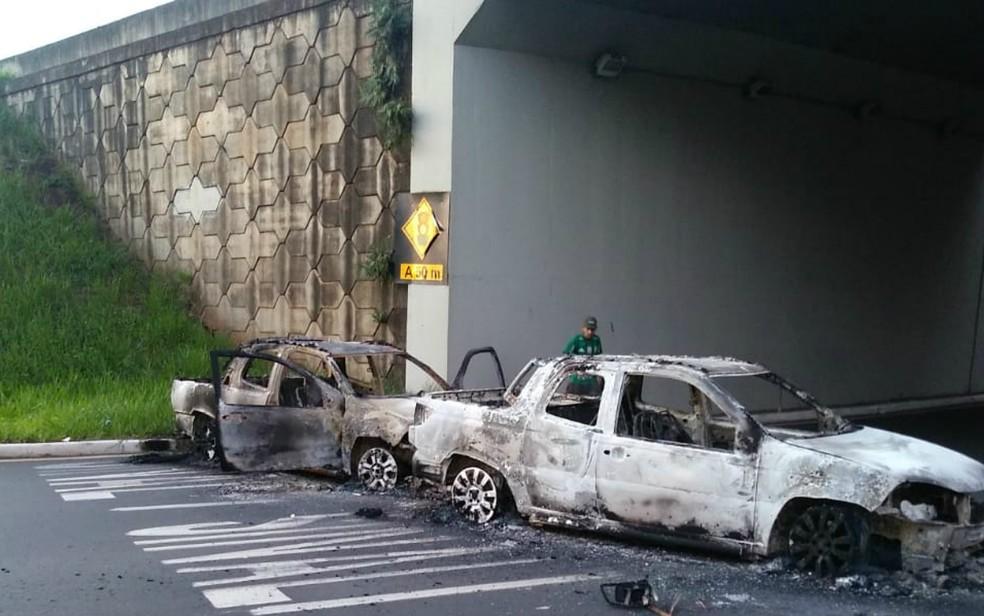 Carros são incendiados no cruzamento da Avenida Presidente Kennedy com a Avenida Casteloio Branco em Ribeirão Preto-SP  — Foto: Fábio Donner/Divulgação