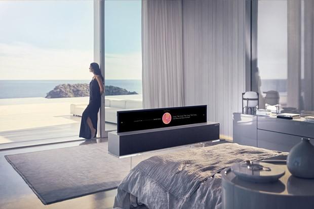 LG apresenta TV flexível que pode ser enrolada quando desligada