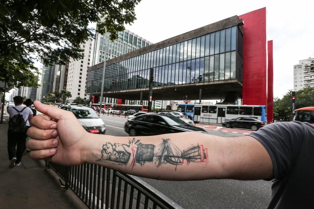 Tatuagem de lucas também inclui o Monumento às Bandeiras, a Mão do Memorial da América Latina, o Copan e a Ponte Estaiada (Foto: Fábio Tito/G1)