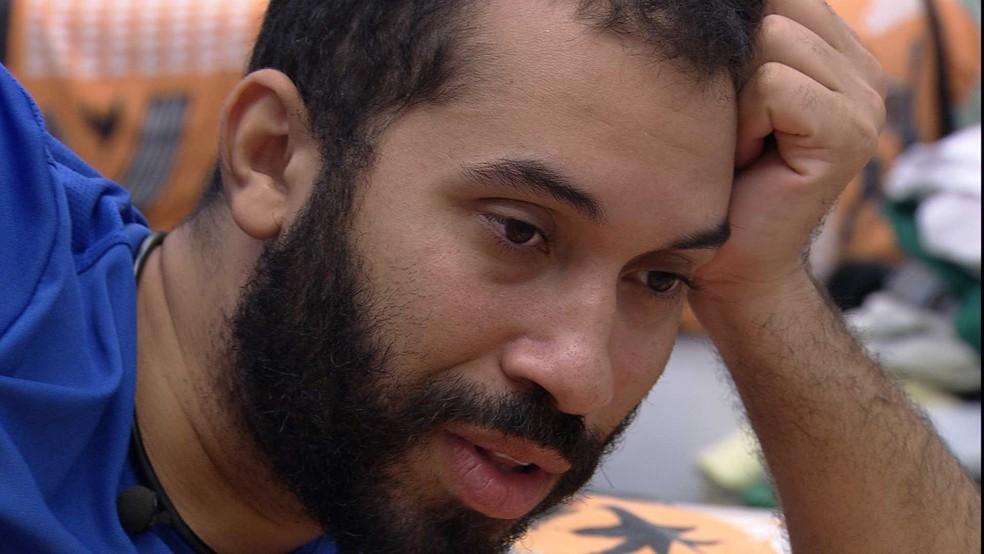 Gilberto aponta que brother usou Sarah e dispara: 'Desde de lá atrás que ele te trai' — Foto: Globo
