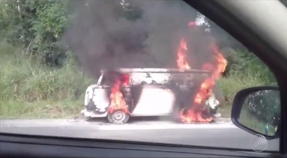 Kombi pego fogo na Bahia (Foto: Reprodução/TV Santa Cruz)