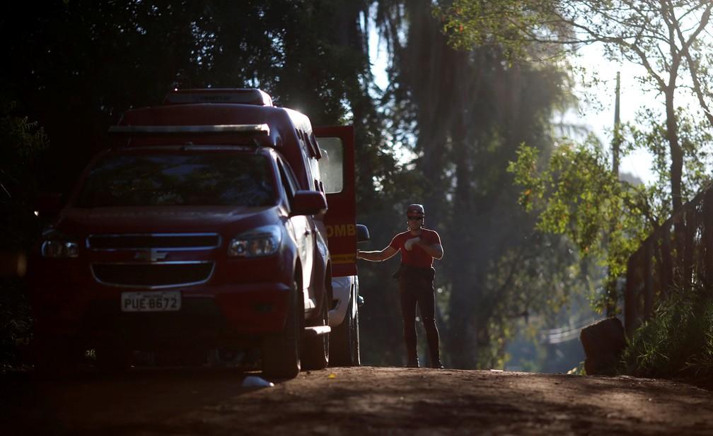 Bombeiro observa estrada após rompimento de barragem em Brumadinho  — Foto: Adriano Machado/Reuters