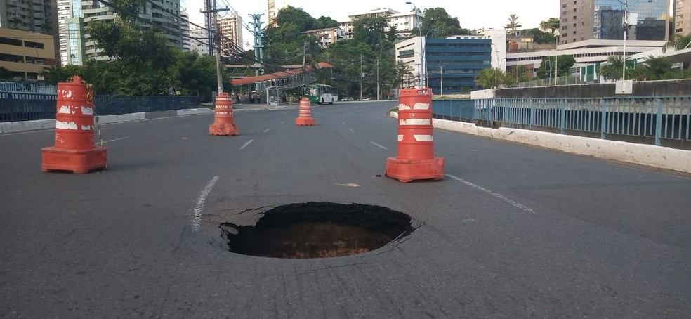 Cratera se abriu em ponte na região da Avenida Tancredo Neves — Foto: Cid Vaz/TV Bahia