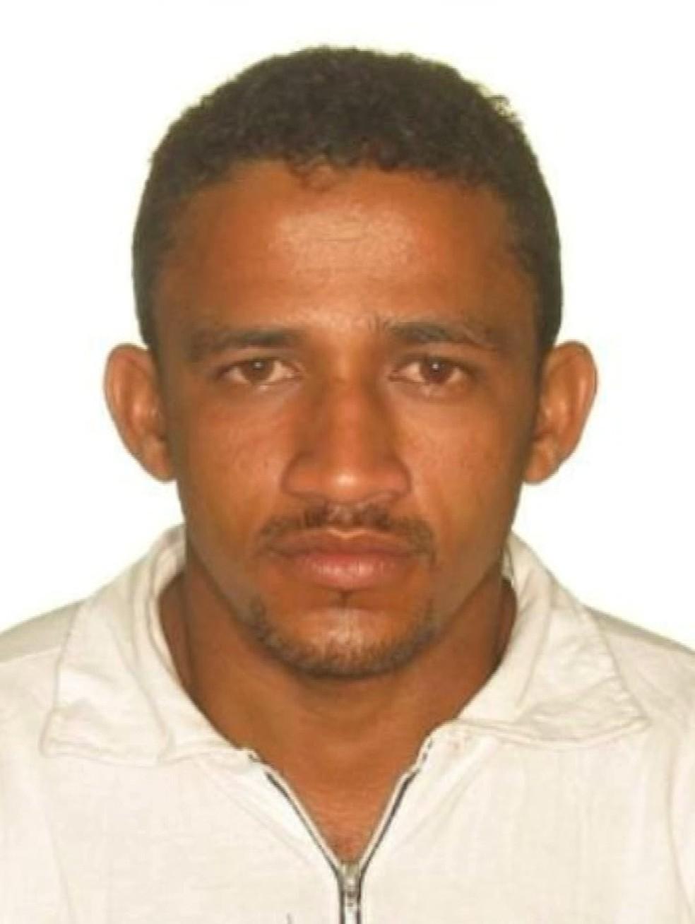 O corpo de Wanderson Dias Sousa foi encontrado próximo a um campo de futebol de Imperatriz com 25 perfurações.  — Foto: Reprodução/ TV Mirante