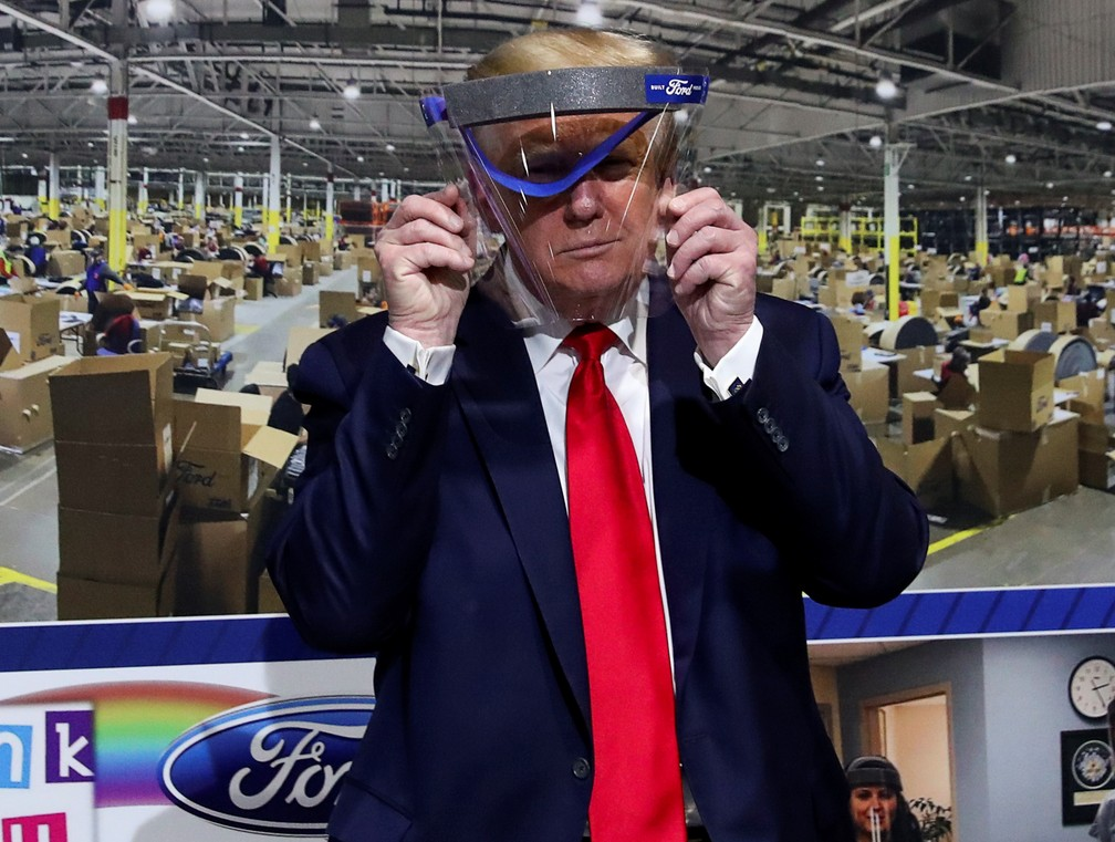 Presidente dos EUA, Donald Trump, posa para foto com máscara de proteção em fábrica no Michigan nesta quinta (21) — Foto: Leah Millis/Reuters