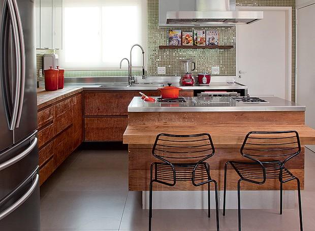 No projeto da designer de interiores Magda Marconi, tanto os armários quanto a ilha são de madeira de demolição. A cor no ambiente fica por conta das pastilhas de vidro que revestem as paredes (Foto: Luis Gomes/Editora Globo)