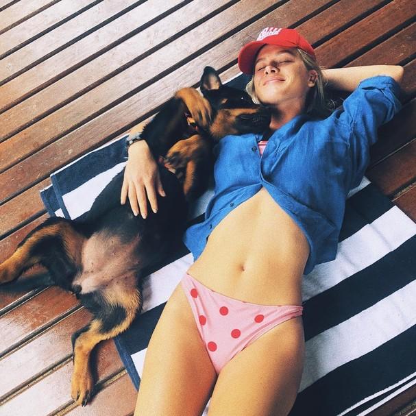 Fiorella Mattheis e a cadelinha Gaia (Foto: Reprodução / Instagram)