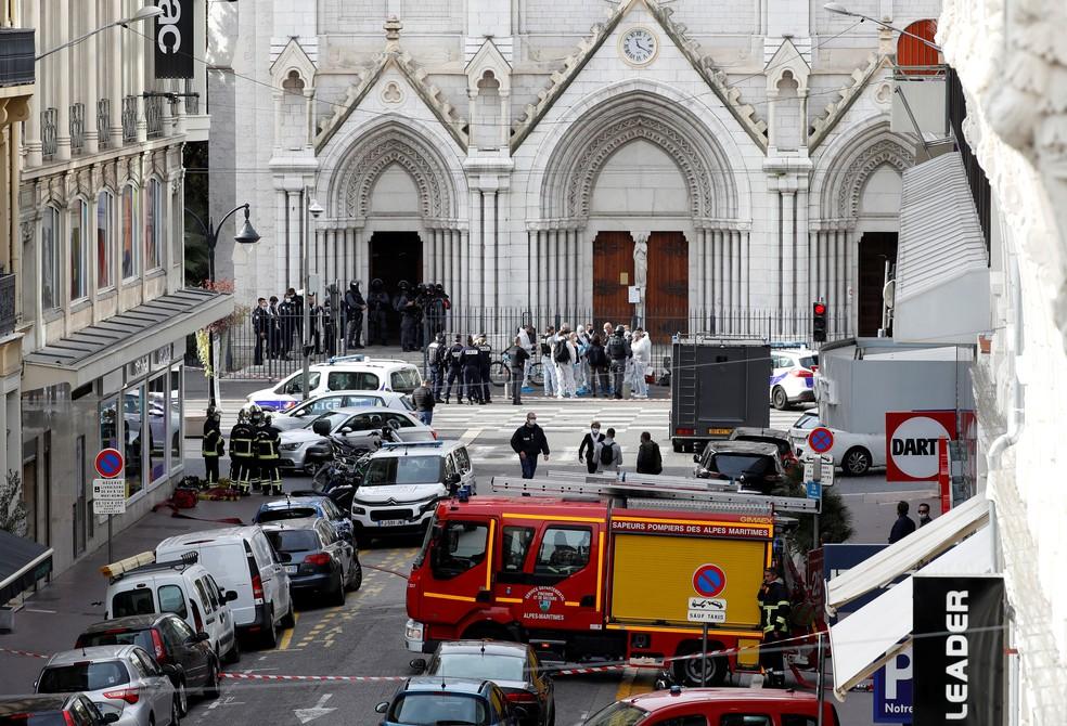 Forças de segurança em área isolada em frente à Basílica de Notre-Dame de Nice, na França, após ataque a faca — Foto: Eric Gaillard/Reuters