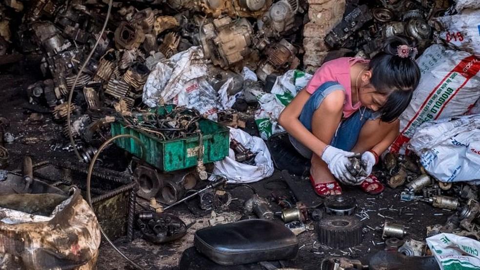 Reciclagem informal e perigosa de baterias de chumbo é um dos principais contribuintes para envenenamento por chumbo em crianças em países de baixa e média renda — Foto: Getty Images via BBC