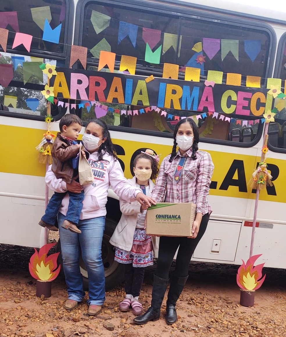 Durante 'Arraiá Itinerante', crianças receberam kits juninos e cestas básicas em Botucatu (SP) — Foto: Arquivo pessoal