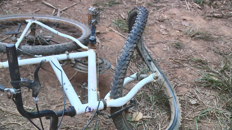 Pneu da bicicleta em que a menina andava ficou destruído — Foto: Reprodução/TV Gazeta