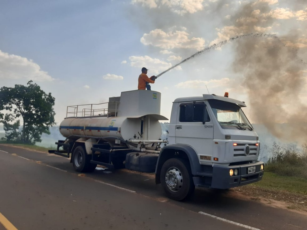 Incêndio atingiu área de vegetação no Balneário Laranja Doce, em Martinópolis — Foto: Compdec