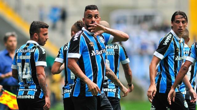 Maicon festeja o primeiro gol do Grêmio na Arena