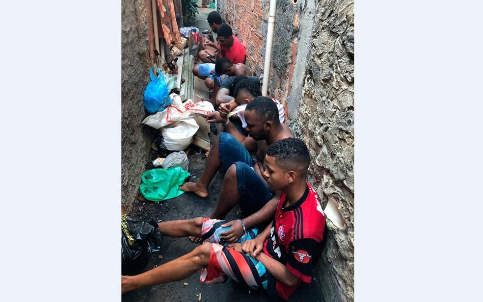 Homens foram flagrados em imóvel que servia como centro de distribuição de drogas (Foto: Divulgação/SSP-BA)