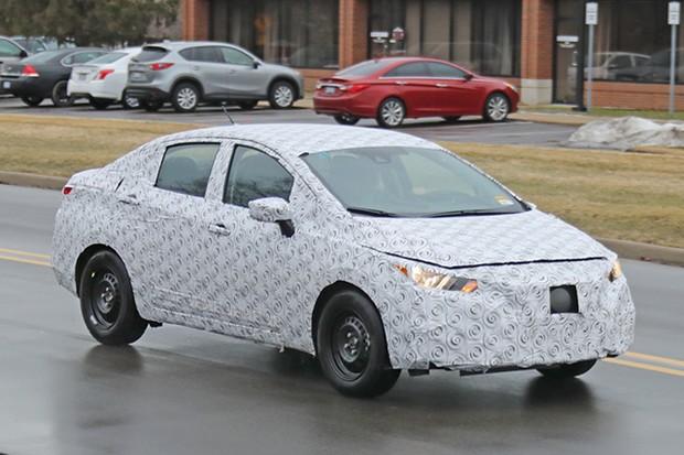 Nova geração do Nissan Versa é flagrada em testes e pode estrear no Brasil antes do novo March para encarar Cronos e Virtus (Foto:  Automedia)