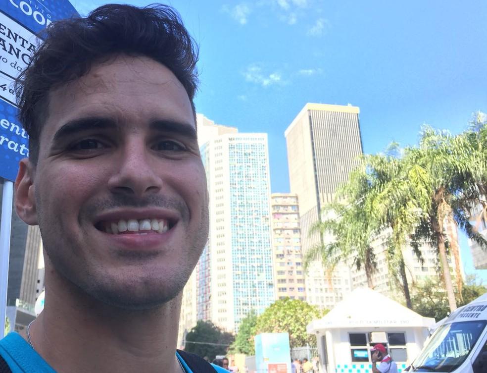 Alberto Engelke tem 30 anos, nunca trabalhou com carteira assinada e afirma não almejar uma contratação formal. (Foto: Daniel Silveira / G1)