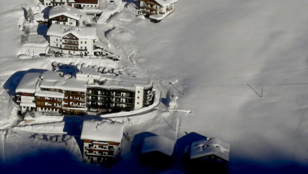Imagem aérea mostra o Hotel Langtauferer nesta terça-feira (23) nos alpes italianos (Foto: Exército da Itália via AP)