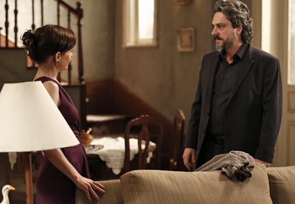 José Alfredo (Alexandre Nero) vai atrás do diamante rosa na casa de Cora (Drica Moraes) - 'Império' — Foto: Inácio Moraes/Globo