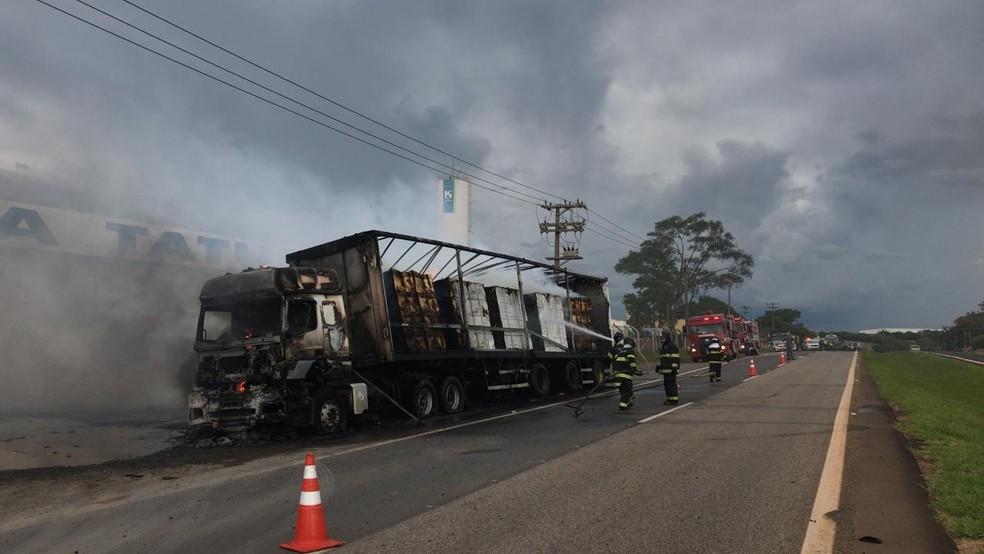 Carreta carregada com papelão pegou fogo em rodovia de Tatuí (SP) — Foto: Maria Eduarda Carnietto/TV TEM