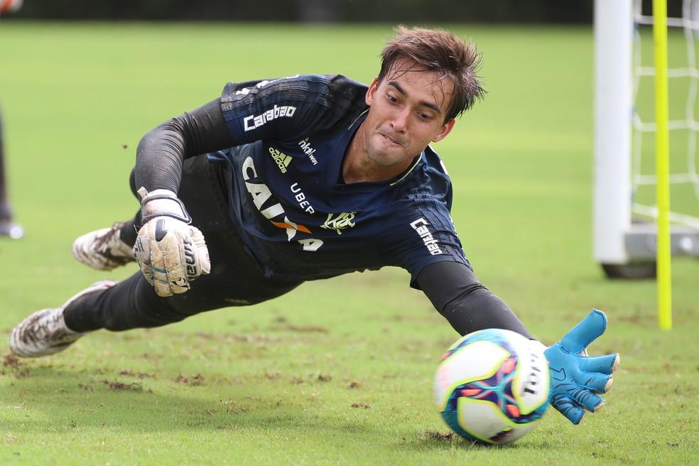 César está na frente na disputa por uma vaga no gol do Flamengo (Foto: Gilvan de Souza/Divulgação Flamengo)