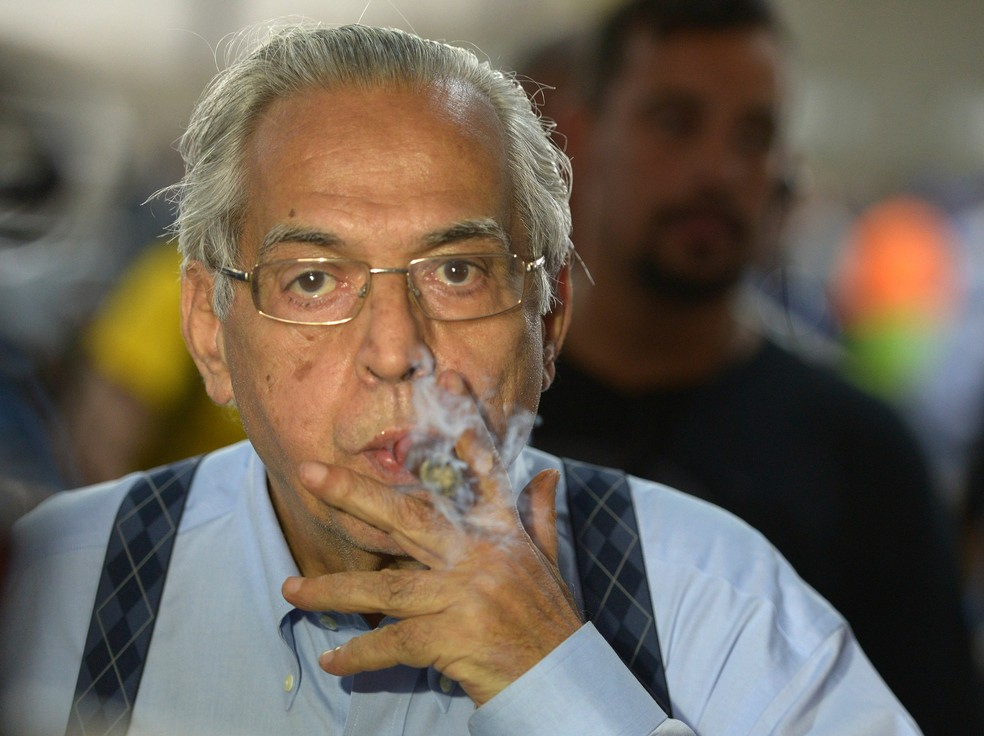 Eurico Miranda chegava a fumar dez charutos por dia — Foto: André Durão/GloboEsporte.com