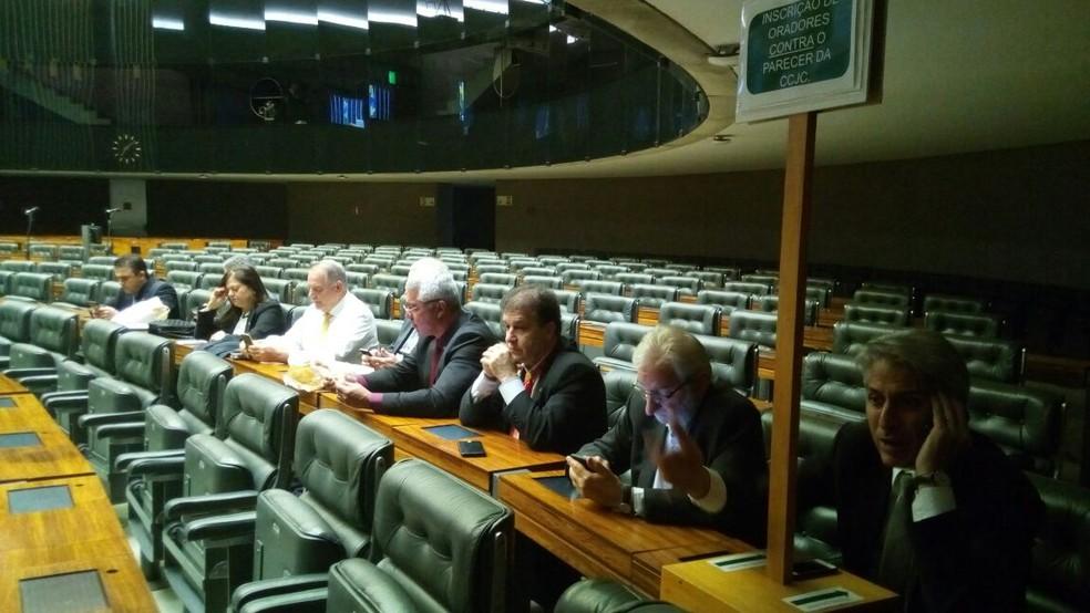 Por volta das 7h20 desta quarta (2), oito deputados oposicionistas já aguardavam dentro do plenário para registrar presença na sessão que votará a denúncia contra Temer (Foto: Vinícius Cassela, G1)