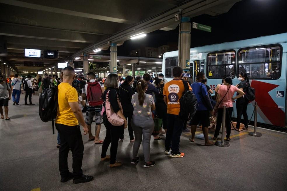 Passageiros embarcando em coletivo no terminal de ônibus do Papicu — Foto: Thiago Gadelha