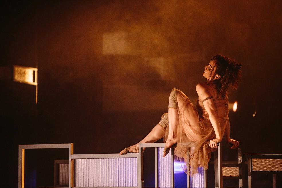 """A atriz Laila Garin durante o espetáculo """"Gota D'Água [a seco]"""", de Rafael Gomes — Foto: Elisa Mendes/Divulgação"""