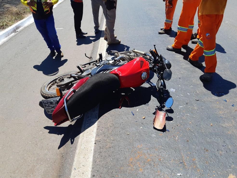 Os dois ocupantes da moto ficaram feridos após atingir a traseira do veículo — Foto: Divulgação/PRF