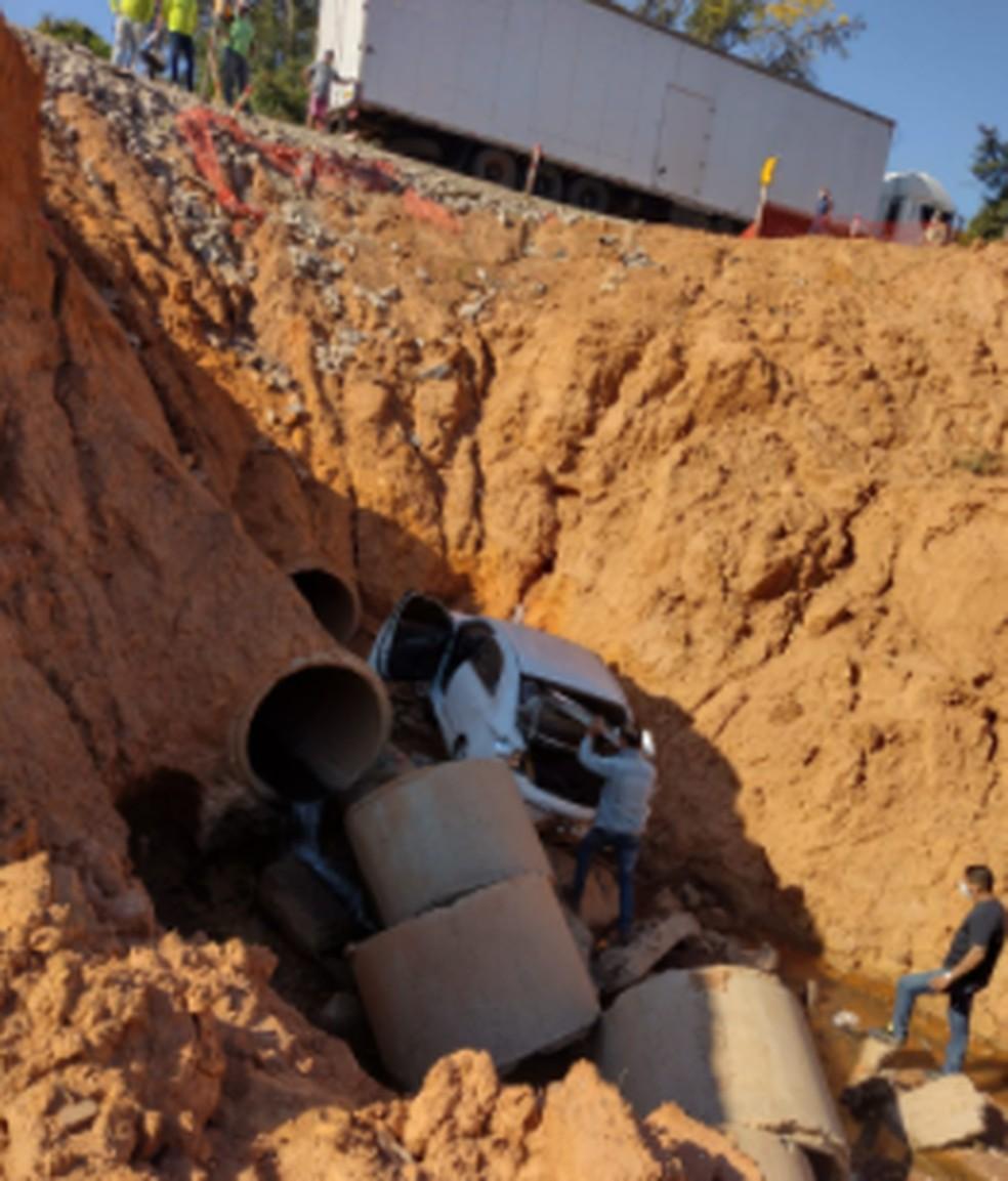 Acidente envolvendo 2 caminhões e um táxi deixa rodovia no interior do Acre fechada — Foto: Arquivo pessoal