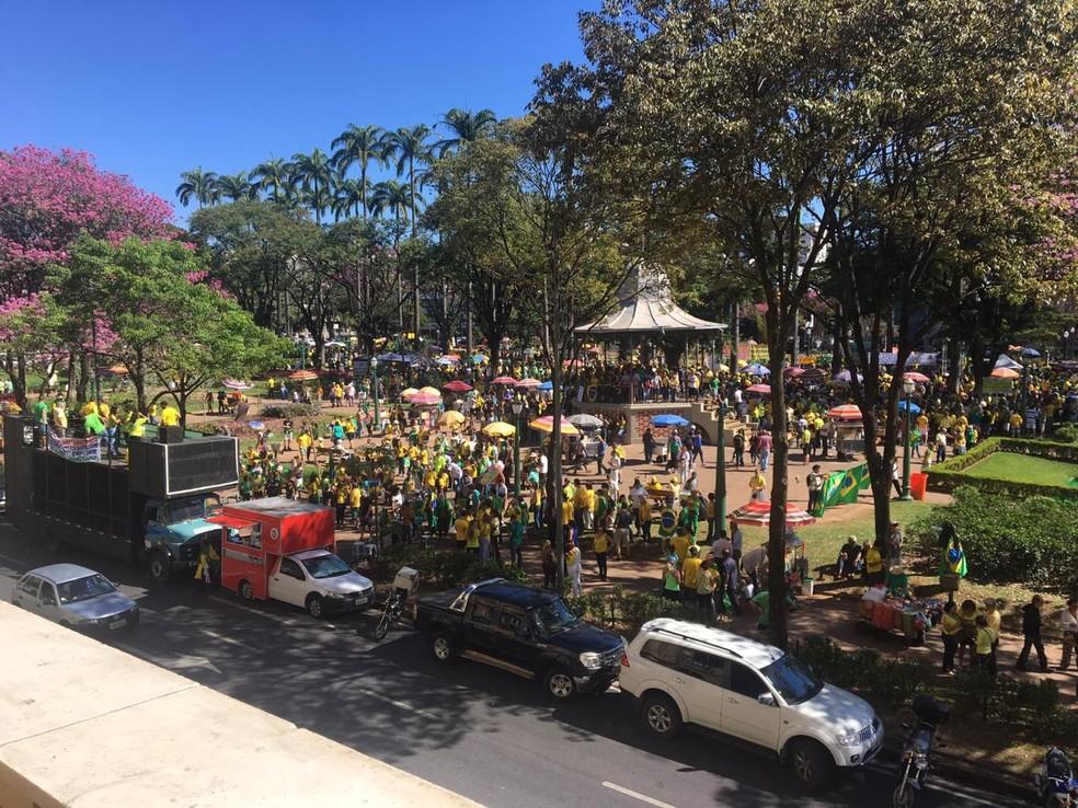 Manifestação na Praça da Liberdade pouco antes das 13h — Foto: Carlos Eduardo Alvim/Globo